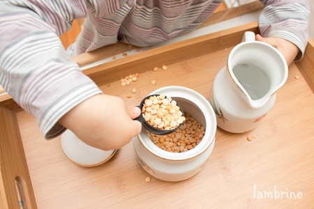 montessori inspired spooning pouring kallamismängud