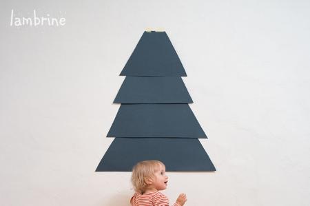 isetehtud paberist jõulukuusk seinale